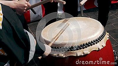 Moscú, Rusia - 21 de julio de 2019: Festival J-Fest de la cultura japonesa tradicional en Moscú Los tambores de los músicos tocan metrajes