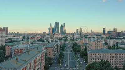 MOSCÚ, RUSIA - JUNIO DE 2019: Un dron aéreo dispara edificios residenciales y la ciudad de Moscú en segundo plano metrajes