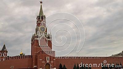 Mosc? el Kremlin, Plaza Roja Torre del reloj del salvador de Spasskaya delante del cielo nublado de la tormenta almacen de metraje de vídeo