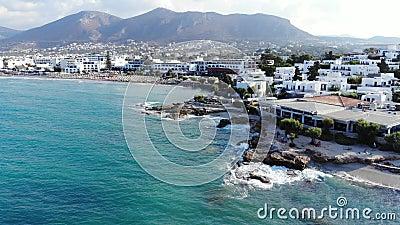 Mosca aérea acima sobre a praia, o mar azul e os hotéis, Creta, Grécia filme