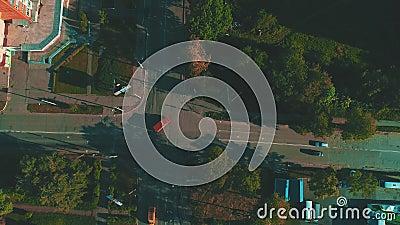 Mosca baja sobre la travesía no supervisada y el siguiente del coche, que se está moviendo con el área residencial de la ciudad 4 metrajes