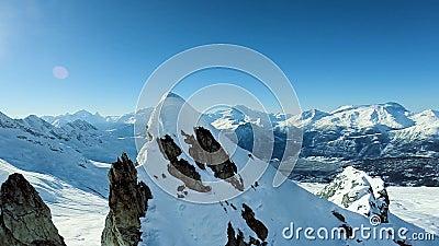 Mosca majestuosa de la opinión aérea del panorama de las montañas sobre paisaje de la nieve del invierno almacen de metraje de vídeo