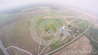 Mosca profesional del skydiver sobre el flatland verde Verano Paisaje Manía extrema almacen de video