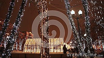 moscou Décorations de Noël sur des troncs d'arbre Ville de nuit dans l'illumination de Noël Lumières de pétillement Passants de m banque de vidéos