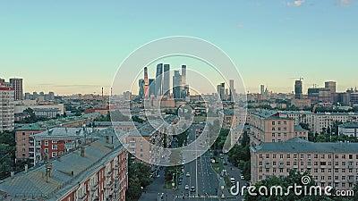 MOSCOU, RÚSSIA - JUNHO DE 2019: Foto aérea de drones em edifícios residenciais e Cidade de Moscou em segundo plano filme