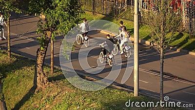 MOSCOU, RUSSIA-JUNE, 28, 2016 Téléobjectif des cyclistes 4K de parc de Moscou Gorki clips vidéos