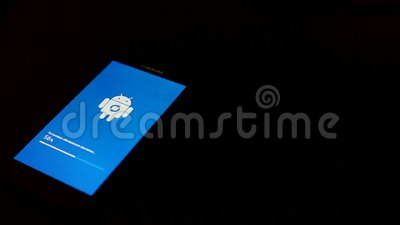 Moskau, Russland - Juli 2019: Android Roboter Logo-Symbol auf dem Bildschirm eines Samsung Smartphones während der Installation e stock footage