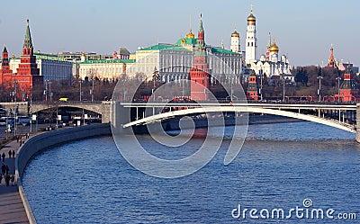 In moskou met torens, paleis, kathedraal, muur van stenen, de rivier