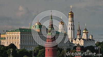 Moskwa, Rosja, widok na Kremlin góruje dalej przeciw chmurnemu niebu zbiory wideo