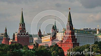Moskwa, Rosja, widok na Kremlin góruje dalej przeciw chmurnemu niebu zbiory