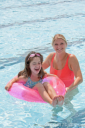 Free Mother And Daughter Playing In The Pool Stock Photography - 7738832