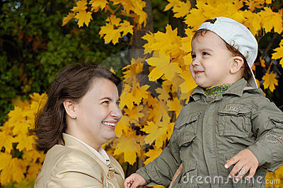 Mother and child in autumn par