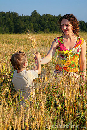 Free Mother Gives Ears In Wheaten Field To Child Royalty Free Stock Photography - 6373367