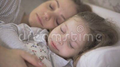Mother And Young daughter(娘) Sleeping In Bed And Hugging Each Other ,the Relationship Between Parents And Children. Stock Footage - Video of happiness, asian: 169270084