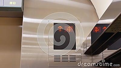 Motie van mensen die lift van drie nemen tot vloer zeven stock footage