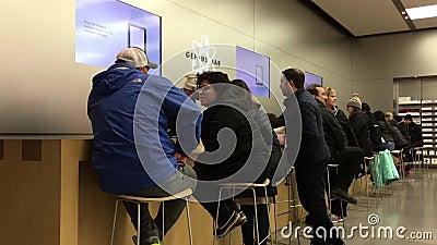 Motie van mensen die wat dienst hebben bij geniebar binnen Apple-opslag stock videobeelden