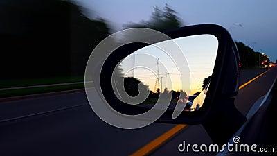 *Motion Blur Version* Driving Left Side Mirror tijdens de avond Weergave POV-zijspiegelbeeld van driver stock video