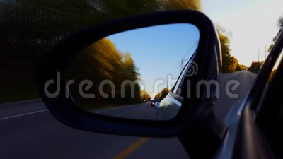 *Motion Blur Version* Driving Rural Road View of Side Mirror at Sunset Stuurprogrammaaanzicht POV die naar beneden kijkspiegels k stock video