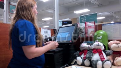 Motion der Frau, die Friseurpastete beim Check-out-Schalter im PetSmart-Store kauft stock footage