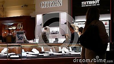 Motion der Leute, die Schmuck im SchJuwelierladen im Coquitlam Einkaufszentrum einkaufen stock footage