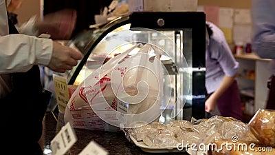 Moto del pane d'acquisto e di pagar in contantie della gente archivi video