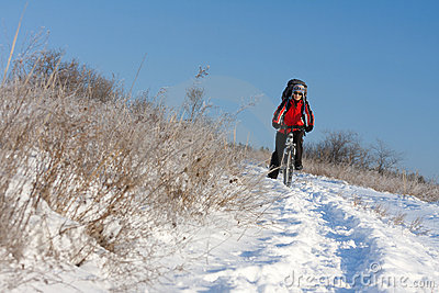 Motociclista de sorriso da neve