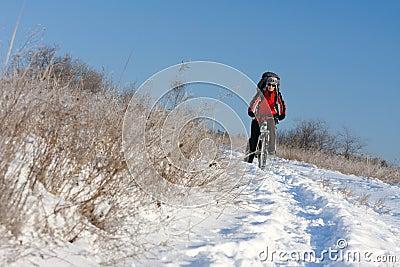 Motociclista sorridente della neve