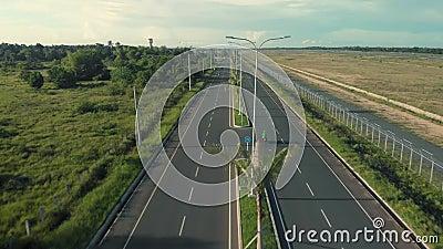 Motociclisti in autostrada drone cinematografico girato su strada con palme e trasporti archivi video