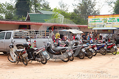 Motocyklu parking na rynku w Khao Lak Obraz Stock Editorial