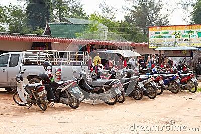 Motorbike som parkerar på marknadsföra i Khao Lak Redaktionell Fotografering för Bildbyråer