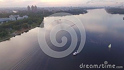 Motorboot, das auf den Horizont schwimmt stock video