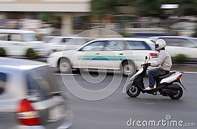 Motorino nel traffico