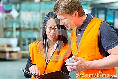 Motorista e supervisor da empilhadeira no armazém
