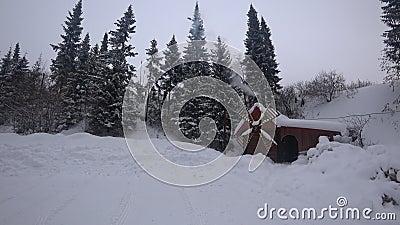 Moulin en bois pendant l'hiver et la fumée de four banque de vidéos