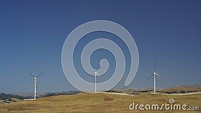 Moulins à vent convertissant l'énergie éolienne en électricité clips vidéos