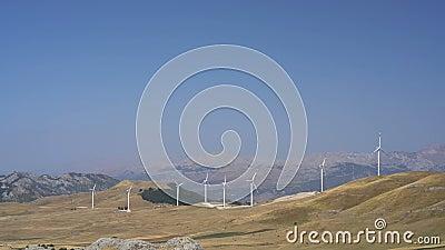 Moulins à vent convertissant l'énergie éolienne en électricité banque de vidéos
