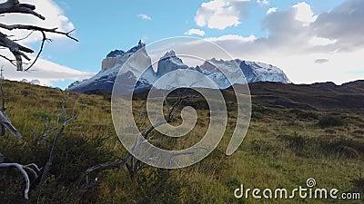 Mount Torres del Paine Gebirgsmassiv von Patagonia, Berg Torres del Paine stock footage