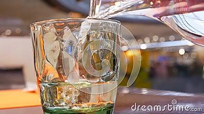 Mouvement d'eau de source de versement de personnes dans le verre à l'intérieur du restaurant chinois clips vidéos