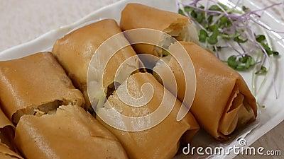 Mouvement des apéritifs de petit pain de ressort sur la table à l'intérieur du restaurant chinois clips vidéos