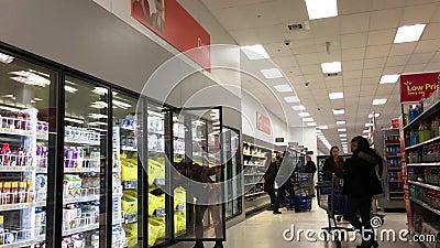 Mouvement des nourritures de achat de personnes ? l'int?rieur du magasin de Walmart banque de vidéos