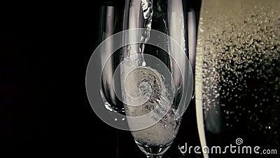 Mouvement lent Champagne est versée dans un de trois verres banque de vidéos