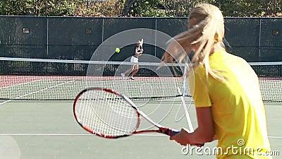 Mouvement lent de plein de cour jeu de tennis banque de vidéos