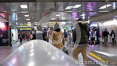 Mouvement rapide des banlieusards marchant à l'intérieur de la station de MRT pendant l'heure de pointe banque de vidéos