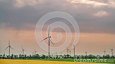 Mouvement visuel accéléré des nuages au-dessus des usines d'énergie éolienne banque de vidéos