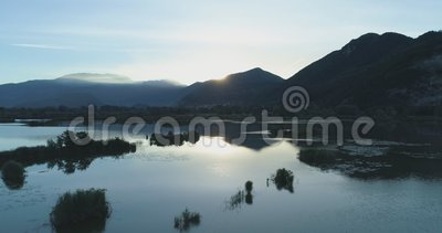 Mover-se para trás do lago do nascer do sol no verão Do scape verde exterior da natureza de Europa Itália establisher aéreo selva vídeos de arquivo