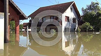 Movimenta??o atrav?s das ruas inundadas com barco Campos inundados, vilas, explora??es agr?colas e casas Consequ?ncias da inunda? vídeos de arquivo