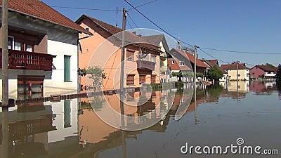 Movimenta??o atrav?s das ruas inundadas com barco Campos inundados, vilas, explora??es agr?colas e casas Consequ?ncias da inunda? filme