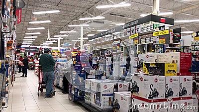 Movimento de pessoas comprando dentro da loja de pneus canadense filme