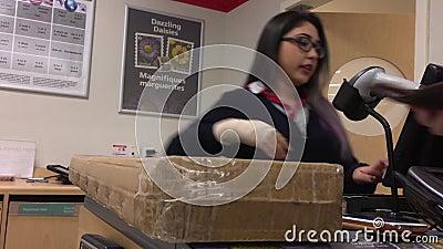 Movimento de pessoas pegando um pacote no correio dentro da loja de drogas de compras video estoque