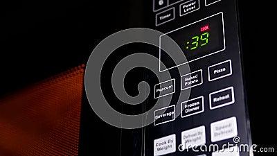 Movimento do alimento que é caloroso no forno micro-ondas filme
